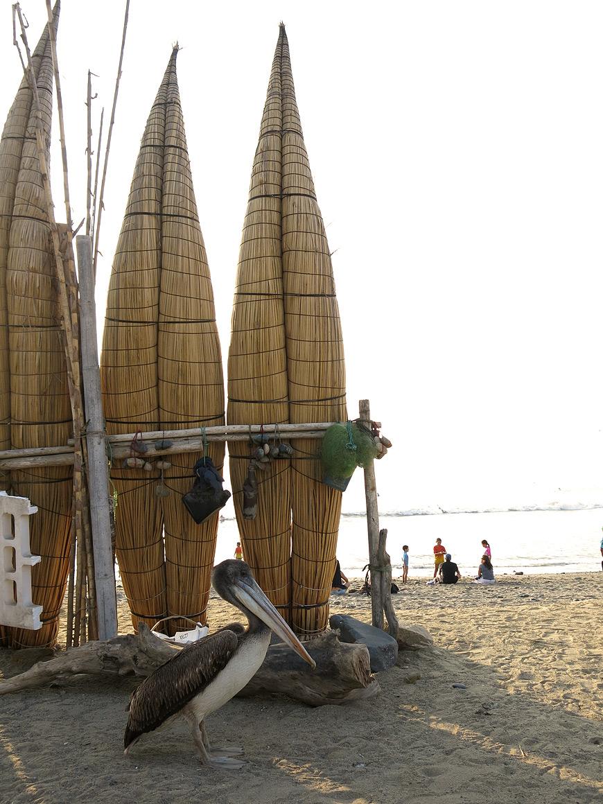 Am Strand von Huanchaco wird noch heute auf Boote aus Schilf gesetzt